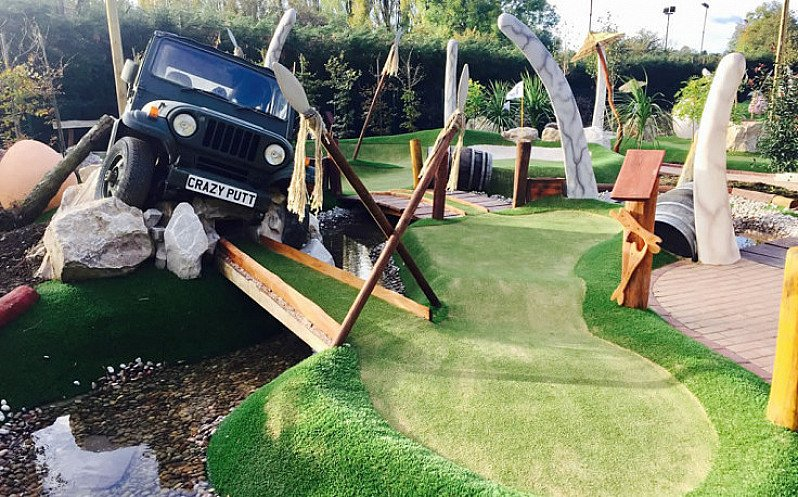 STUDENTS get 25% off a course of mini golf!