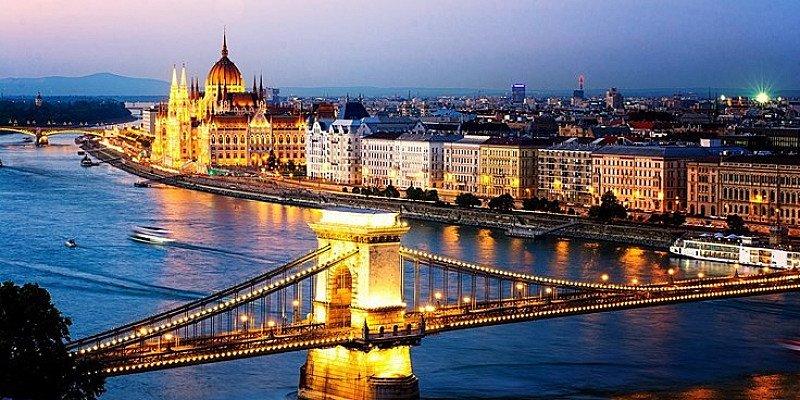 £129pp – Budapest Christmas market break w/flights & tours!