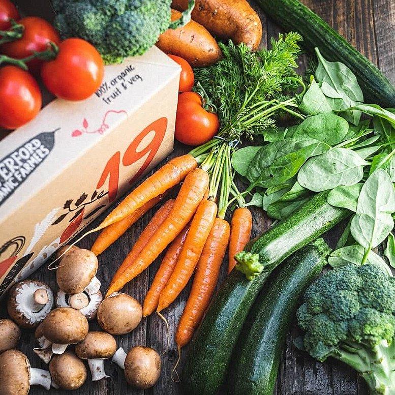 Organic Favourites veg box: £15.95!