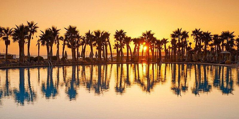 5-star Algarve holiday w/flights, breakfast & spa- £199pp